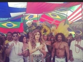 Em seu Instagram, Jennifer Lopez revelou seu figurino para da gravação de clipe para a Copa