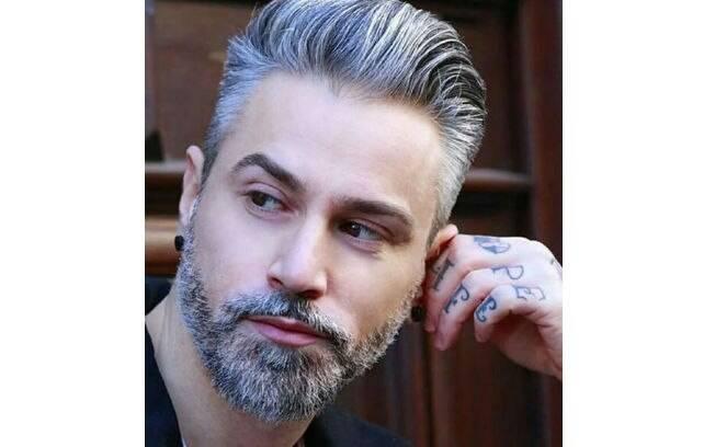 Não tem idade certa para o cabelo branco aparecer, isso depende da genética e outros fatores