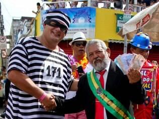 O bloco de carnaval Galo da Madrugada desfilou na manhã deste sábado (14), durante o Carnaval do Recife 2015, na cidade de Recife (PE)