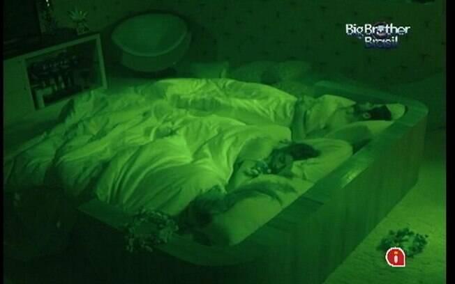 Sisters pegam no sono ao lado do Lider Yuri