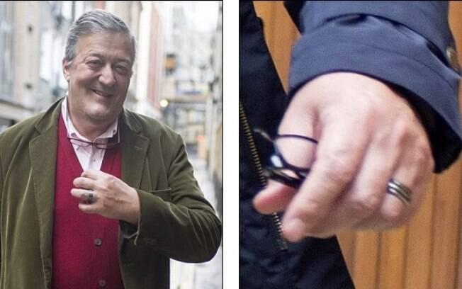 Stephen Fry em Piccadilly, Londres, e detalhe da aliança na mão esquerda