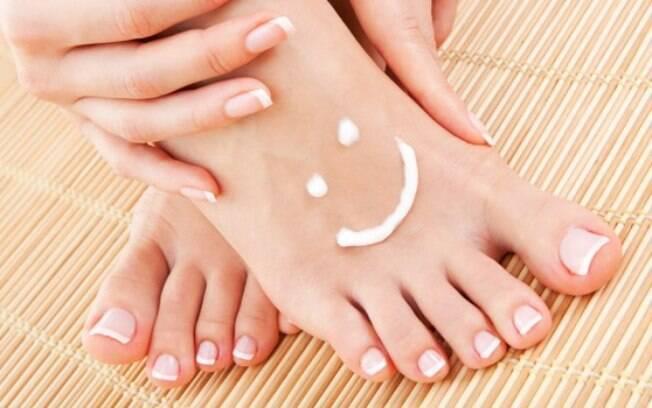 Use creme rico em ureia nos pés para garantir a hidratação