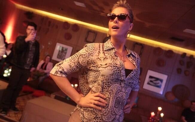 Ana Hickmann já barrigudinha no lançamento de sua marca de óculos