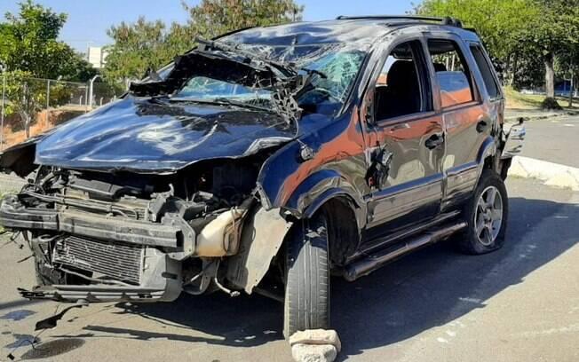 Carro bate em três veículos e capota na Ruy Rodrigues, em Campinas
