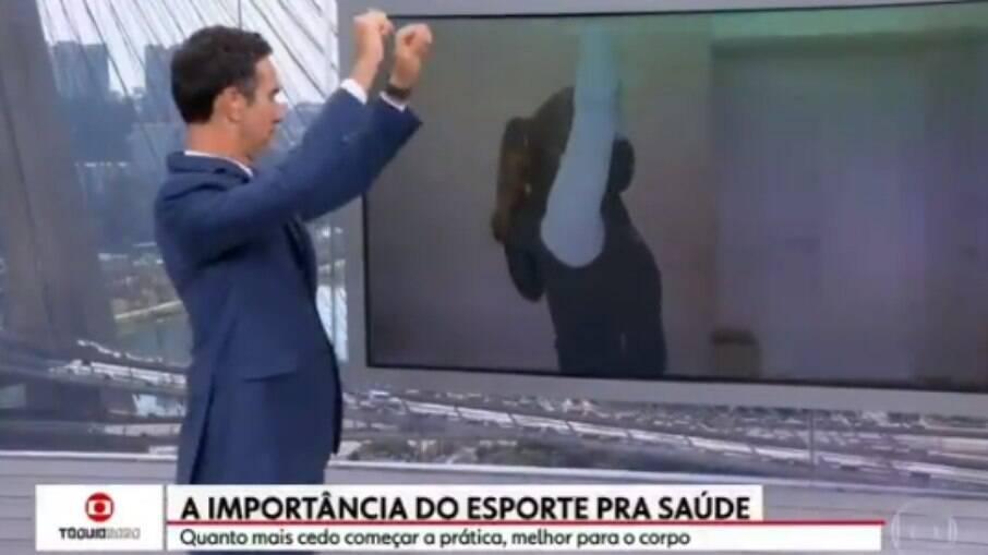 Cesar Tralli faz exercício ao vivo em jornal