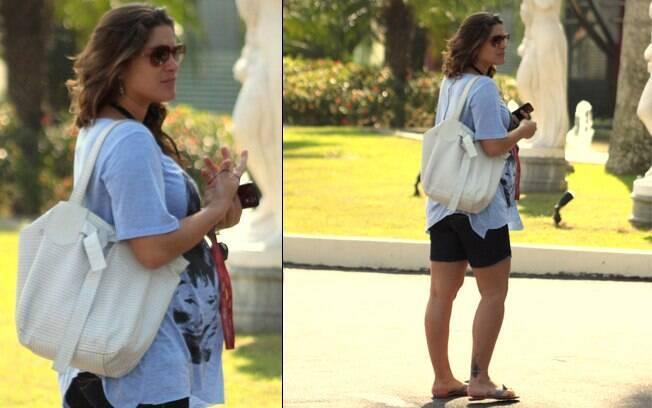 Já na fase final da gravidez, Priscila Fantin usou uma camiseta larga muito discreta