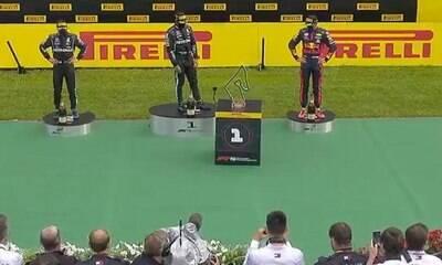 """Hamilton reprova robô que entrega troféu para o vencedor: """"Exagero"""""""