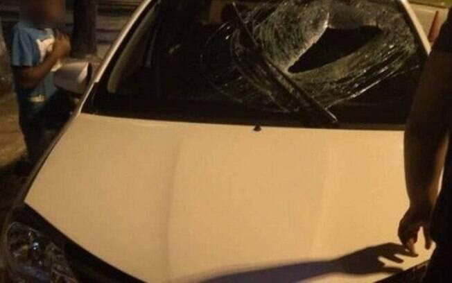 Delegacia de Homicídios apura o caso; bloco de concreto atingiu motorista em cheio no peito