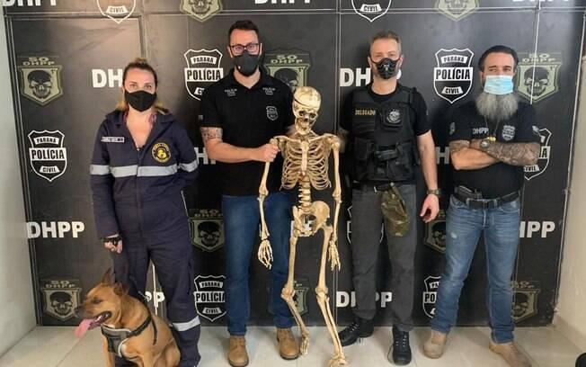 O cachorro e o esqueleto foram apreendidos pela polícia.