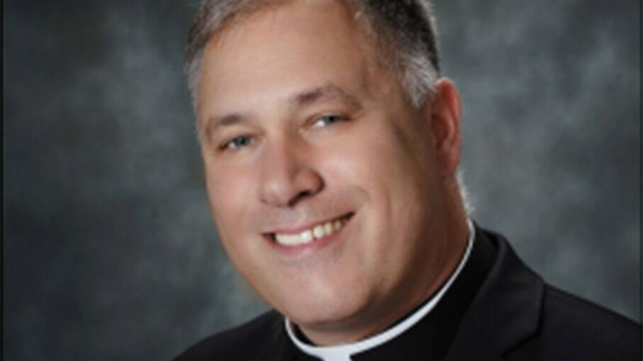 Monsenhor Jeffrey Burrill, que resignou cargo após ser descoberto no Grindr