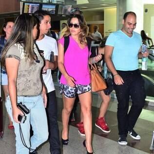 Wanessa Camargo embarca no Rio de Janeiro e posa para fotos com grupo de fãs