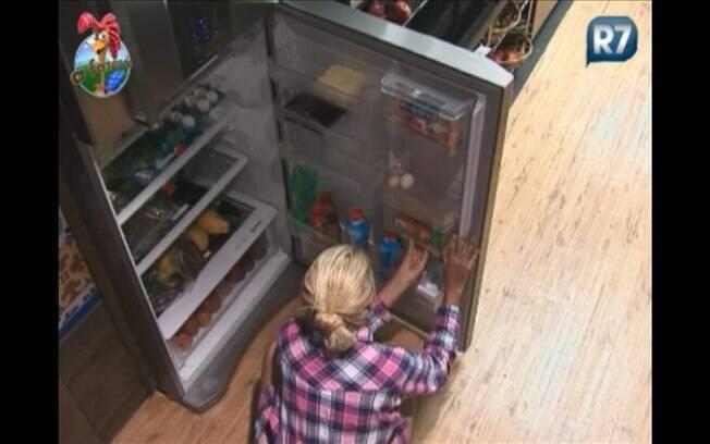 Titia tenta de todas as formas arrancar a garrafinha, mas não consegue