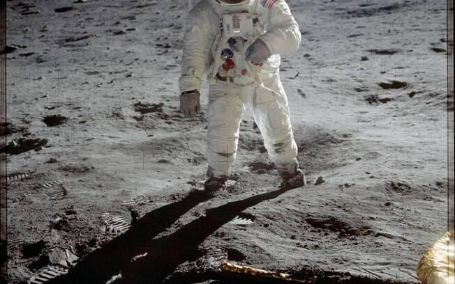 Foto do astronauta norte-americano Buzz Aldrin caminhando na Lua.
