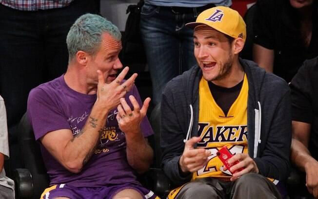 Flea e Josh Klinghoffer, do Red Hot Chili  Peppers, assistem ao jogo do Los Angeles Lakers