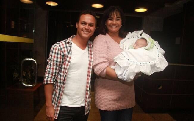 31 ANOS: Solange Couto (56 anos) e Jamerson Andrade (25 anos) com o filho,  Benjamin. Foto: Photo Rio News