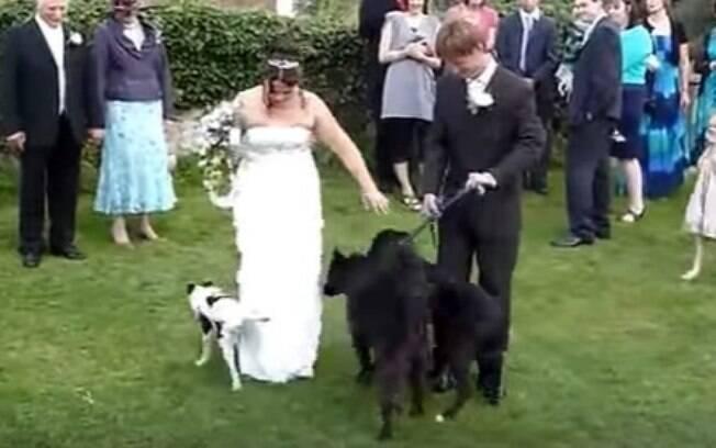 A participação do cachorrinho na cerimônia saiu do controle do casal