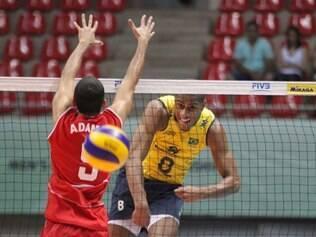 Capitão da seleção sub-23, Lucarelli ataca para fazer ponto contra os dominicanos