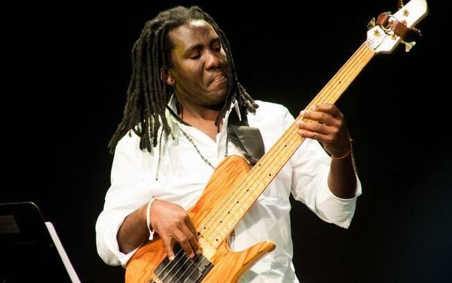O baixista camaronês Richard Bona é uma das atrações principais do Ilhabela in Jazz, que começa nesta quarta-feira (12)