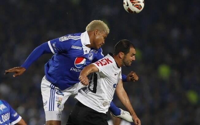Danilo disputa lance na partida do  Corinthians contra o Millonarios