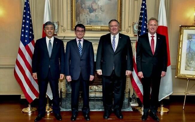 Mike Pompeo (terceiro da esquerda para a direita) se reuniu com os ministros japoneses das Relações Exteriores e da Defesa e falou sobre a Coreia do Norte