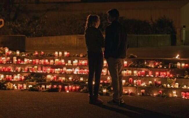 Alunos fazem memorial para colegas mortos em queda de avião, nesta terça-feira, na Alemanha