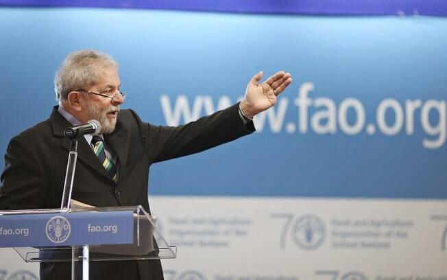 Ex-presidente Luiz Inácio Lula da Silva planejava embarcar hoje à Etiópia para participar de debate sobre combate à fome