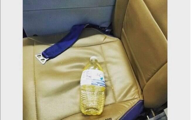 Alguns passageiros passam do limite até na falta de educação, como esse, que deixou uma garrafa com urina no avião