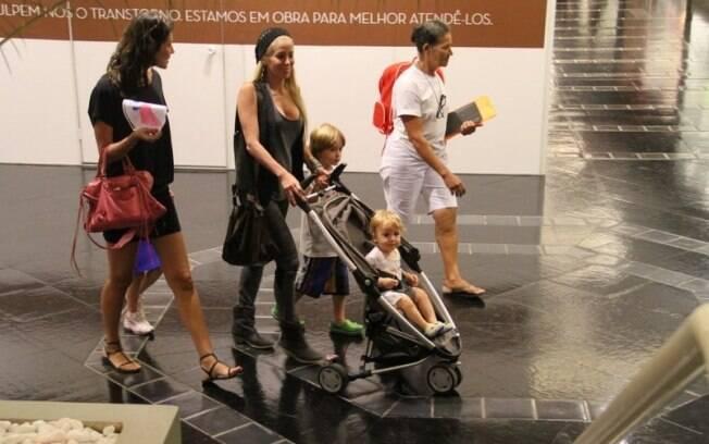 Danielle Winits curte passeio com os filhos