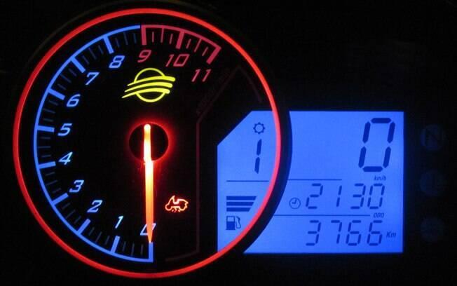 No painel de instrumentos da Dafra Next 300, o destaque do conta-giros iluminado