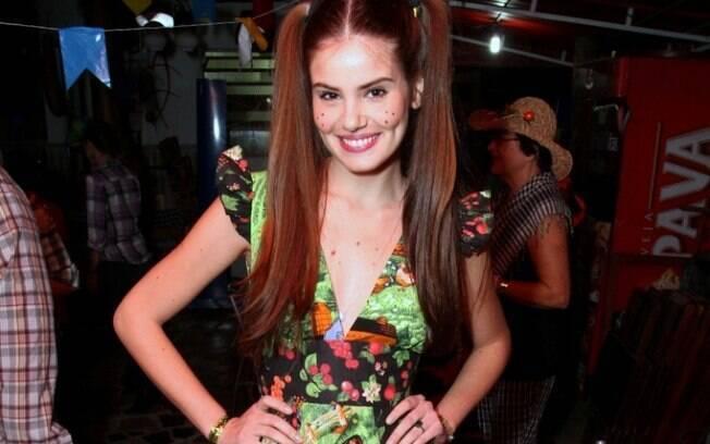 Outras novelas da Globo também organizaram festas julinas. Na foto, Camila Queiroz se vestiu de caipira para o arraial de