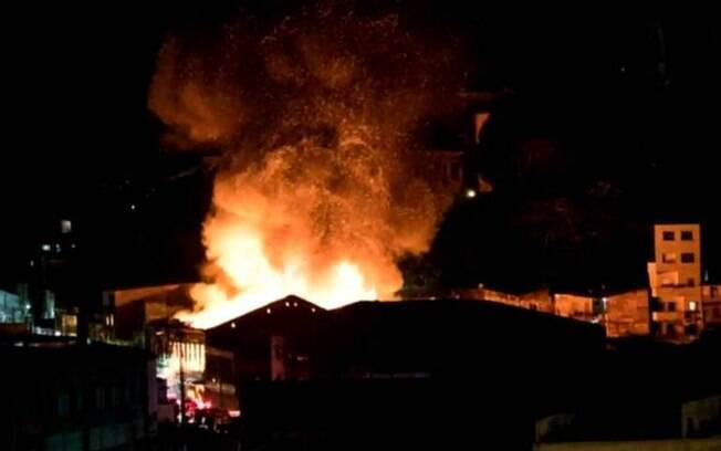 Dois casarões históricos foram destruídos após o incêndio em Salvador, que deixou um idoso de 85 anos desaparecido