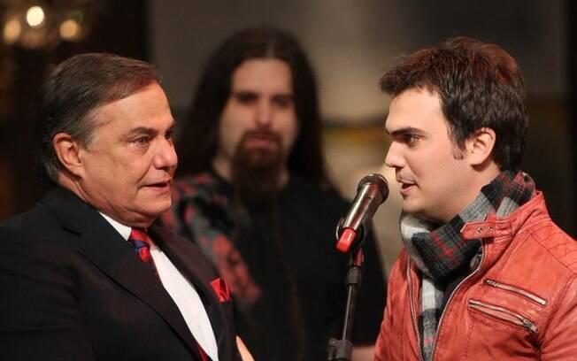 Ronnie Von se emociona com o filho Léo Von no palco de seu programa
