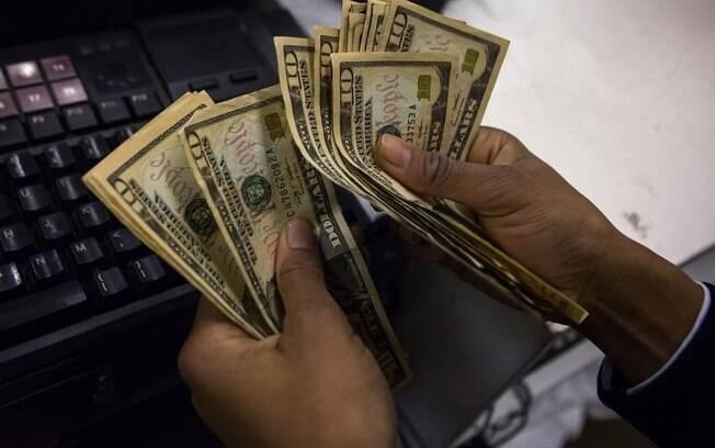 Altas do dólar prejudicam, principalmente, os consumidores, já que a moeda traz impacto ao preço das matérias-primas