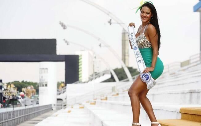 Aline Bernardes desfila como musa das passistas da escola de samba Mancha Verde