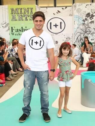 Daniel Rocha desfilou com modelo mirim no Fashion Weekend Kids, em São Paulo