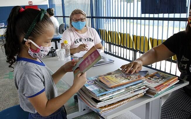Alunos da Escola Sergio Pessoa recebem kit do Hora da Merenda