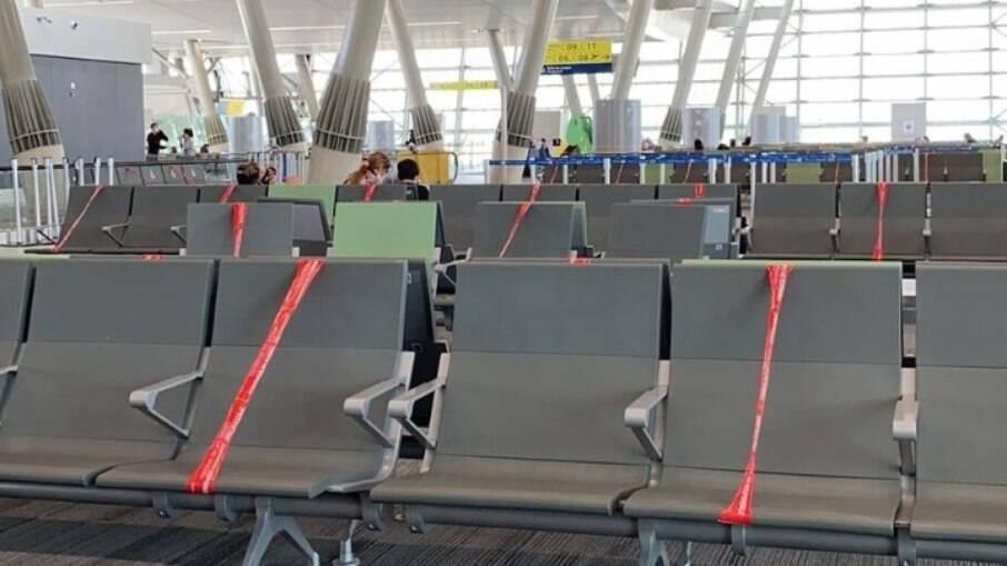 Bancos do aeroporto sinalizados para manter o distanciamento social