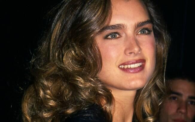 Brooke Shields usava uma sobrancelha bem natural, até com pelos a mais que o mais usado, e bem reta da década de 80
