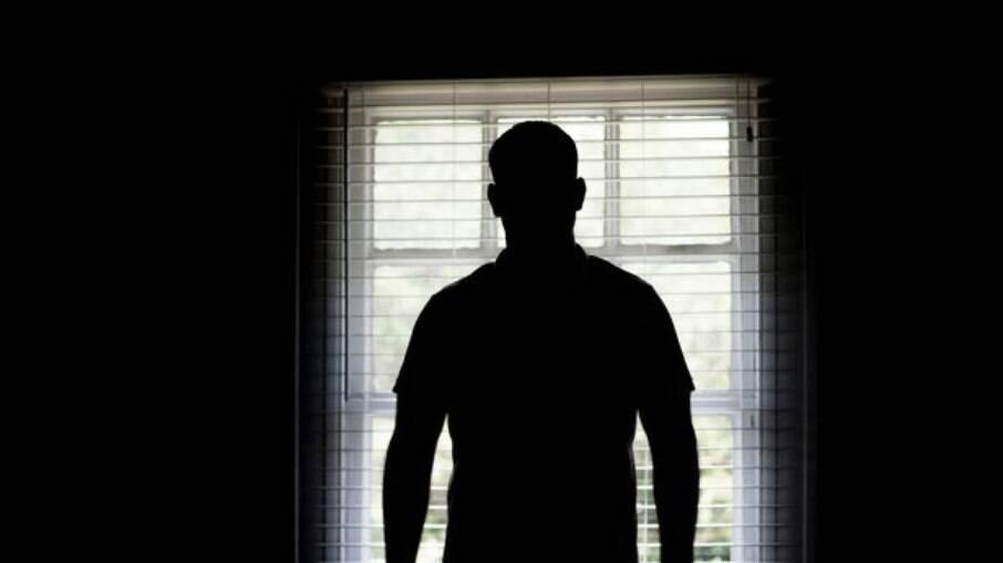 Policiais vão entregar intimação e descobrem mulher em cárcere privado
