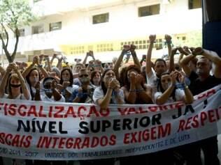 Cidades - Belo Horizonte - MG Servidores da fiscalizacao integrada se manifestam na porta da prefeitura em repudio a uma portaria recem publicada que muda a forma de fiscalizar   FOTO: FERNANDA CARVALHO / O TEMPO -     27.04.2015