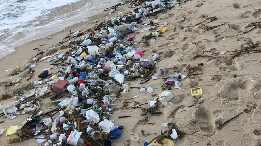 Lixo na praia de Barra de Cunhau, em Canguaretama