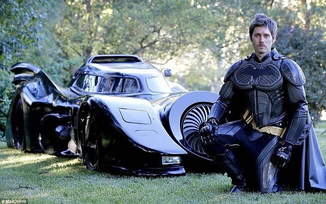 Zac Mihajlovic e o Batmóvel que construiu para andar nas ruas