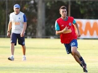 Henrique sai na frente de Leandro Guerreiro e Souza, outros concorrentes pela vaga de Lucas Silva no meio-campo celeste
