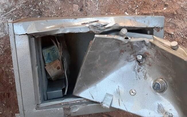 Coletores encontraram dinheiro em fundo falso do cofre e avisaram a polícia