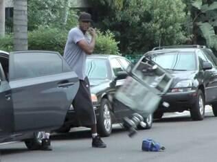 Lamar Odom destroi carro de fotógrafo