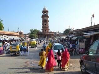 Mercado. Com a torre do relógio, espaço é organizado em Jodhpur