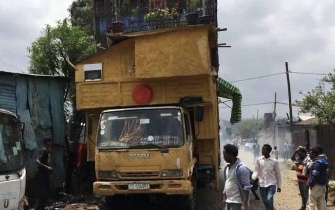 Caminhão foi usado como base para a construção de um lar com oito cômodos e dois andares na Etiópia.