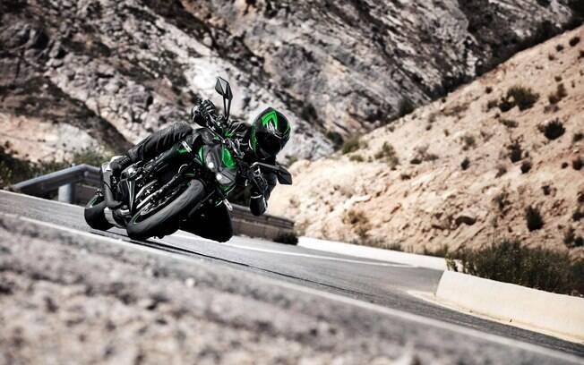 Kawasaki Z1000R Edition tem quatro saídas de escapamento e um ronco instigante ao torcer o acelerador