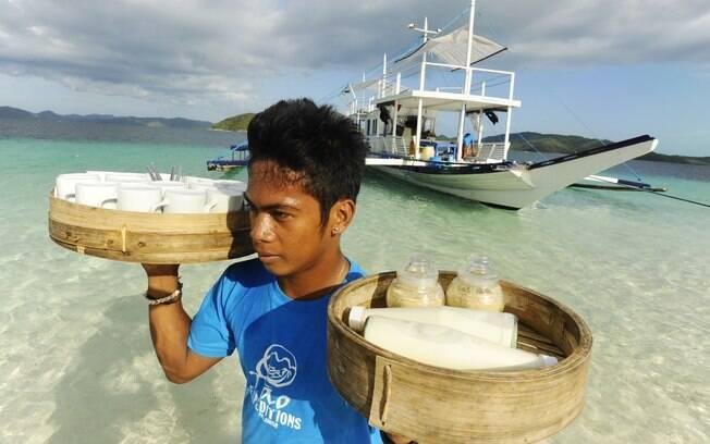 Caiçara filipino se encarrega de levar a alimentação local ao barco da expedição às ilhas na província de Palawan