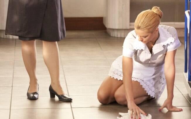 A periguete tenta esconder as lágrimas enquanto limpa o chão
